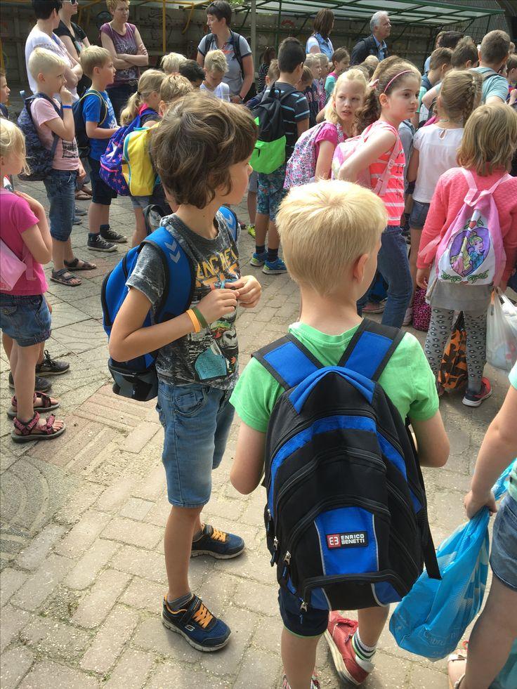 Kids op schoolreisje. Polsbandje met naam en telefoonnummer