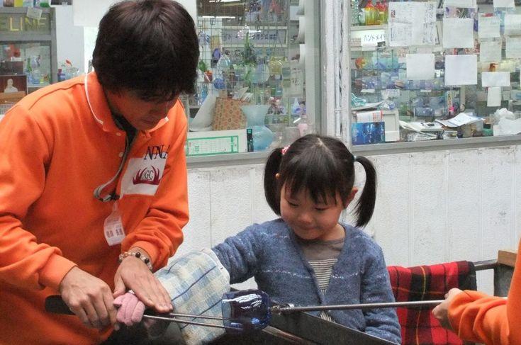 恩納ガラス工房  スタッフが親切に指導するので、小さな子どもでも楽しく体験できる