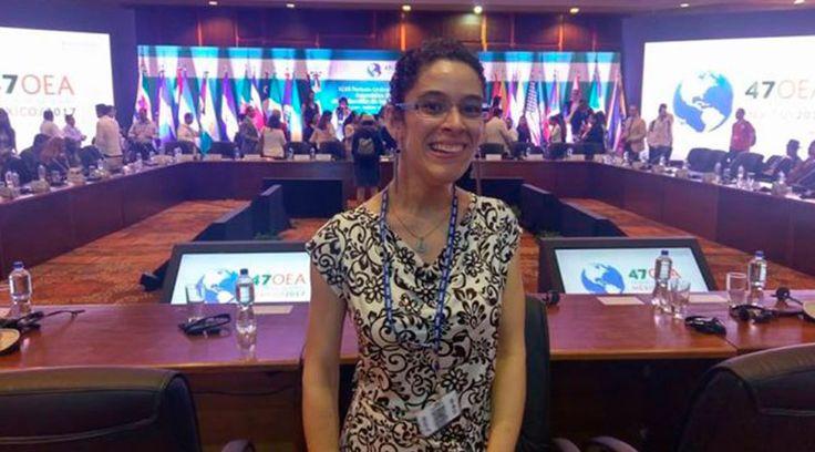 """Femenina. Dulce y firme. Desde que las primeras palabras de la ingeniera Andrea Flores se escucharon captó la atención de todos en el salón donde se desarrolló el """"Diálogo con organizaciones de la sociedad civil"""" de la 47 asamblea general de la Organización de los Estados Americanos (OEA)."""