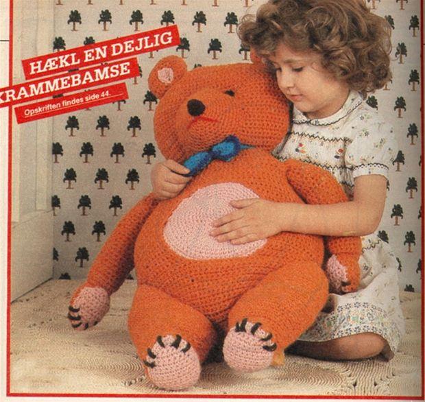 Hæklede legedyr er kommet stærkt tilbage, og en stor bamse som denne i glade farver er populær blandt moderne børnefamilier.