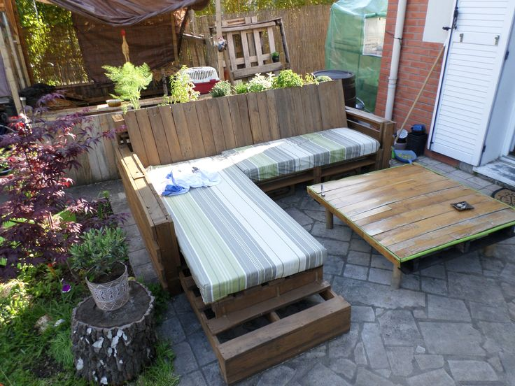Complete pallet sofa made out of 9 recycled pallets for Recycle pallets as garden planters