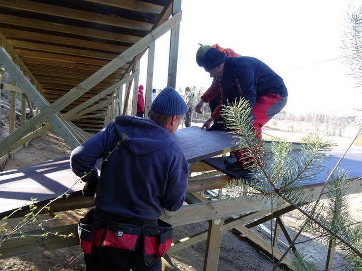 Autoimme timpuria kantamalla laskeutumisalustojen levyt ja laudat paikalleen. #SeikkailupuistoHuippu