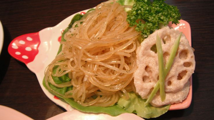 Japanese harusame vermicelli salad with onions seasoned with sesame oil,sugar,soy sauce,vinegar,sea salt and coriander/boiled lotus roots and shimarakkyou shallots marinated with mayonnaise and spicy seasoned cod roe 春雨と玉ねぎのサラダ。胡麻油、醤油、砂糖、酢、コリアンダーで調味。蓮根と島らっきょうの辛子明太子マヨネーズ和え。