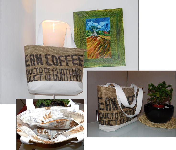 borsa in tela di juta recuperata da sacchi del caffè, con base in ecopelle bianca e manici in fettuccia di cotone  - chiusura con cerniera -