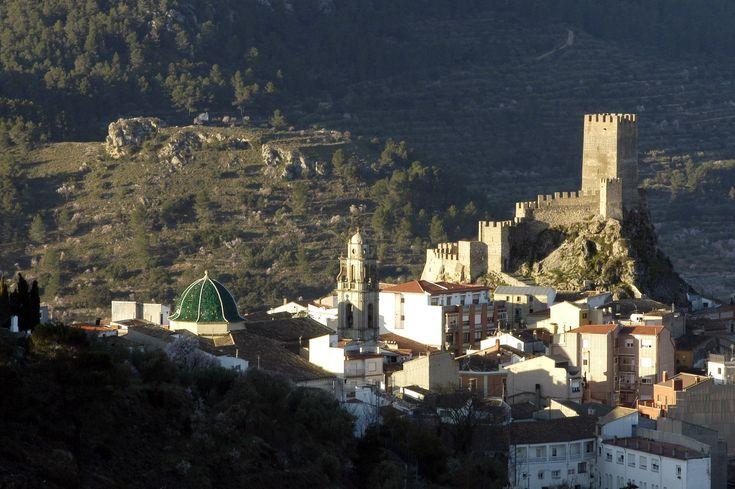 CASTLES OF SPAIN - Castillo de Banyeres de Mariola, Alicante, Valencia. El castillo es de origen almohade del siglo XII y en el año 1248 fue tomado por Jaime I el Conquistador. Durante la guerra de Sucesión, la población y el castillo se declararon partidarios del borbón Felipe de Anjou (más tarde Felipe V), defendiendose la villa y rechazando el ataque de las tropas de los Austrias, por ello, en 1706 Felipe V concedió a la población el titulo de Villa Real.