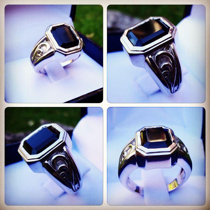 Anillo para hombre de oro blanco con Ónix / Men's White gold with onyx ring / #hechura #joyeria #anillo #hombre #oro #oroblanco #onix #jewelry #gold #whitegold #ring #men #casting #3dprinting / rodolfo@hechura.cl www.hechura.cl