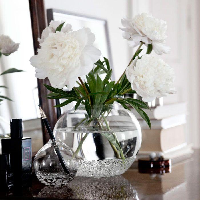 Feng Shue För att det mörka bordet (jord) ger en lugn bas och glasvasen (vatten) lättar upp och visar synliga stjälkar och grönska (trä). Väljer man som här, ett par vita blommor (metall), har man 4 element av 5 på en och samma gång.  Det enda man behöver göra är att tända ett ljus (eld) så blir byrån harmonisk och komplett balanserad enligt Feng Shuins verktyg: De 5 elementen. Enligt mig, basen för att lyckas skapa en harmonisk inredning.