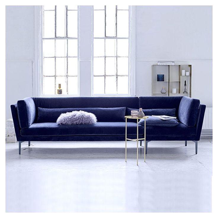 Habillez le canapé 3/4 places Rox de velours bleu & donnez à votre salon l'atmosphère élégante & confortable des intérieurs nordiques.