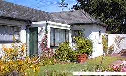 Pinelands Self Catering Accommodation, Cape Town - Cosy Cottage & Studio 75 http://capeletting.com/southern-suburbs/rondebosch/cosy-cottage-75/