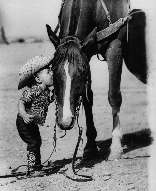 Jean Anne Evans, 14 month old Texas girl kissing her horse.    Jul 1, 1955, SO ADORABLE!!!!