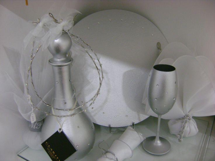 Σετ δίσκου,καράφα και ποτήρι από κρύσταλλο με τεχνοτροπία σε χρώμα ασημί!!!Το συνδύασαμε με στέφανα που έχουν το ίδιο ύφος,με λεπτομέρειες swarovski!