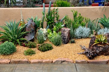 Create a border between the different areas of your lawn. Use small rocks, potted plants and flowers, or black plastic edging to create decorative borders between the Tucson sod and gravel portions of your front lawn.