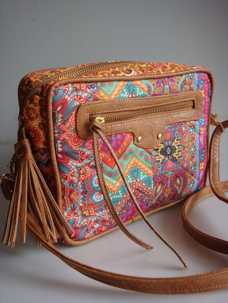 Bolsa feita de tecido de algodão e detalhes em couro ecológico. Alça transversal