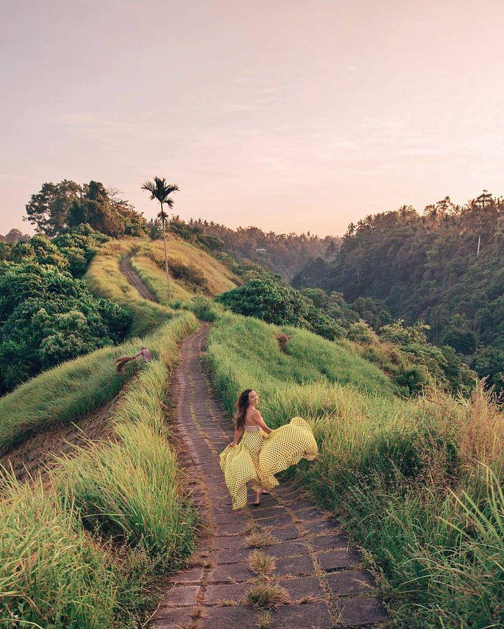 Campuhan Ridge Walk atau yang juga dikenal dengan nama Bukit Campuhan Ubud menawarkan pemandangan alam perbukitan yang sangat asri, dengan lembah yang dipenuhi oleh padang rumput ilalang, serta terdapat pemandangan sungai pada sisi sebelah Barat dengan bangunan villa yang lokasinya berada pada tebing-tebing bukit dan tersembunyi diantara pepohonan tropis. Seolah tempat ini terlihat seperti gugusan pedesaan dengan lembah-lembah hijau pada bagian sisi Timur juga terlihat begitu memikat hati…