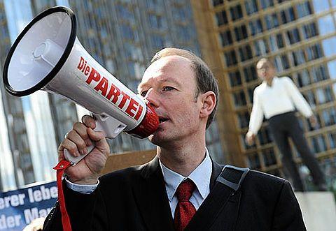 Rechtspopulismus in »Die Partei«? Wenn das ihr GröVaZ (»Größter Vorsitzender aller Zeiten«) Martin Sonneborn wüsste