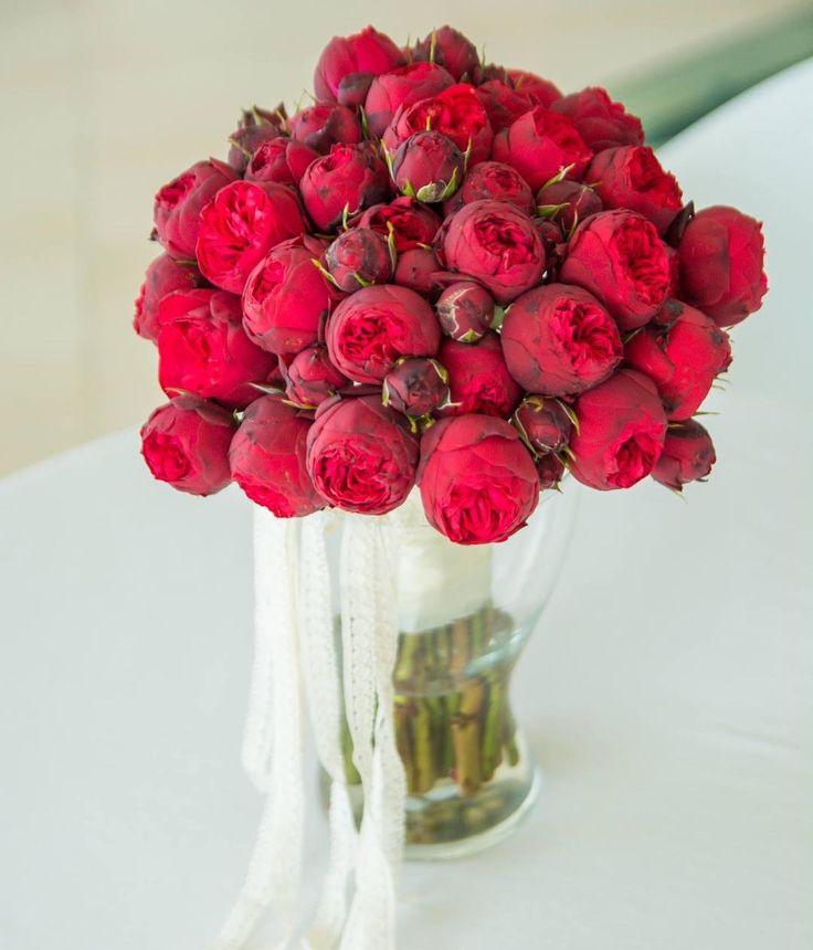 "Sa ne amintim de zilele calduroase de vara, cu acest buchet ""inflacarat"", din Trandafiri Piano! Da, ne este dor de vara, voua nu?! #atelierdual #lesgarconscreateurs #pianoroses #bridalbouquet #bridalsbucharest #buchetdemireasa #floribucuresti #flowerslovers"