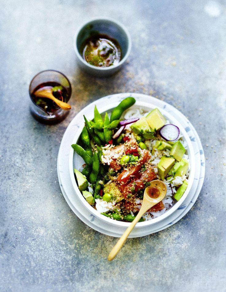 Recette Poke bowl saumon, légumes, sauce sésame : Préparation:: 30mn >Cuisson: 10mnFaites bouillir le riz 6mn dans de l'eau salée, couvrez et ...