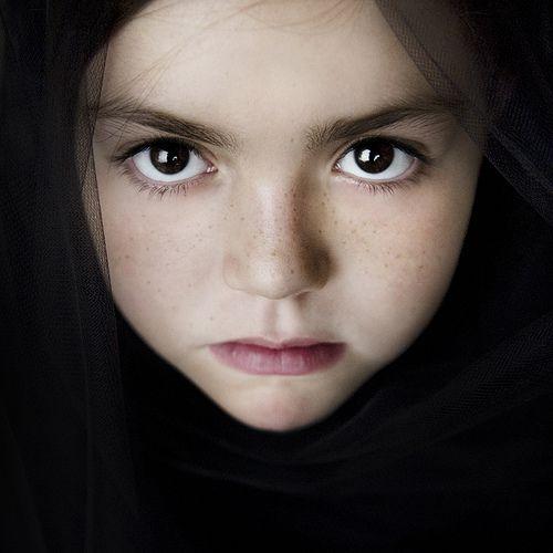 Little Girl Putting On Makeup In Spanish  Saubhaya Makeup-7650
