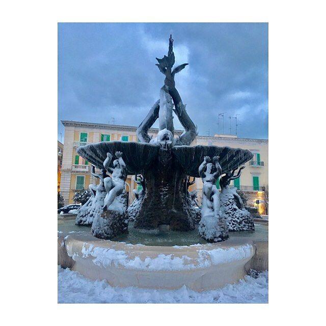 #piazza #giovinazzo #neve #befana2017 #gennaio #freddo #brr #igers #igersitalia #igerspuglia #vento #nuvole #sera #blu #cielo