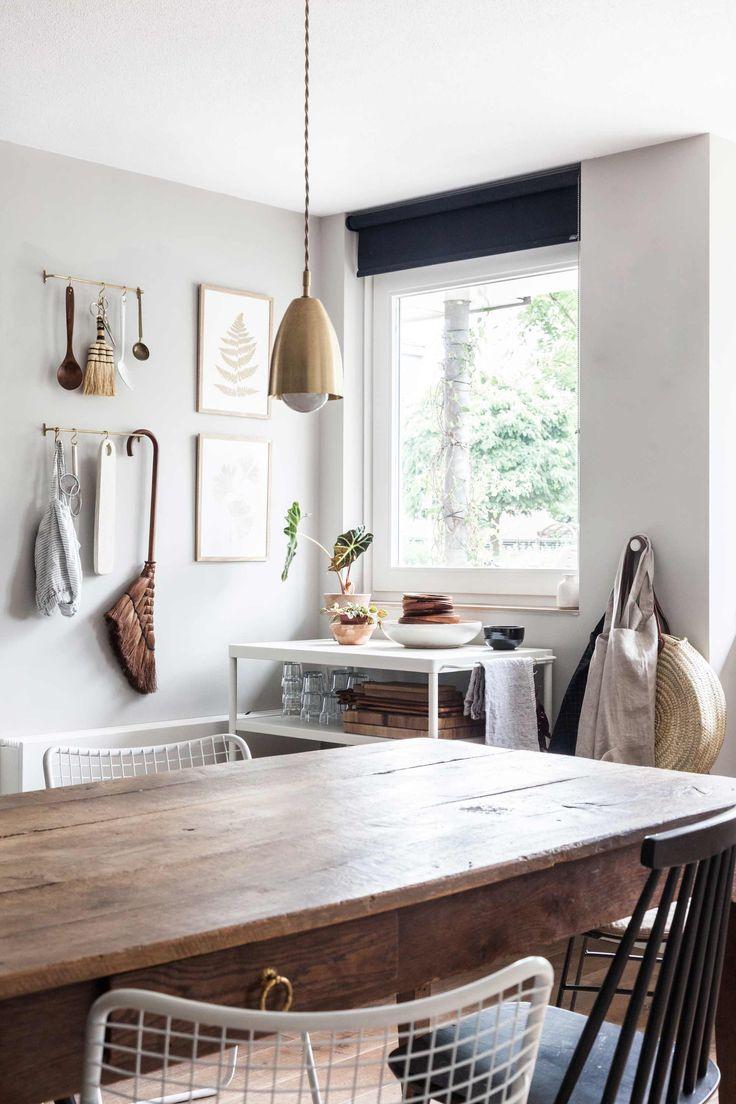 Lichte eetkamer met een boeren eettafel | Bright dining room with a farmers dining table | vtwonen 02-2018 | Fotografie & styling Holly Marder/Avenue Design Studio