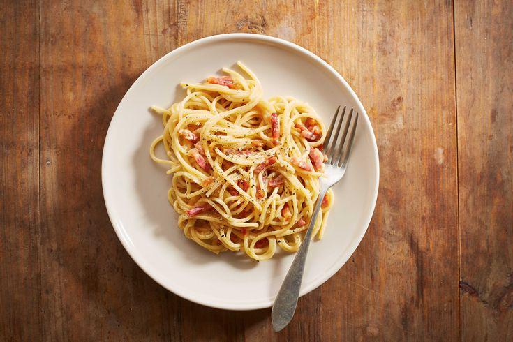 Quella degli Spaghetti alla Carbonara è una tradizionale ricetta italiana, che si prepara con uova, guanciale, pepe e pecorino grattugiato
