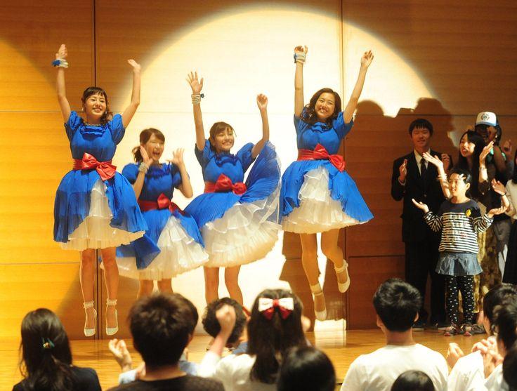 跳ぶ4siz。県外の皆さまへ。彼女たちはアナウンサーです。静岡県広報アイドルユニットで局の垣根を越えて活動中です。左から山田桃子アナ(Daiichi-TV)内山絵里加(SBS)佐野伶莉(静岡朝日テレビ)本谷育美アナ(テレビ静岡)。3日の紙面(21面)で新展開を紹介しています。 #静岡県 #アナウンサー #4siz