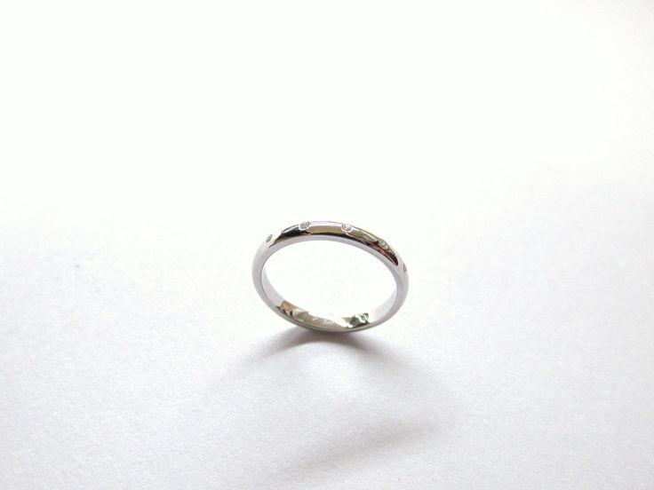 Delicada  y sutil argolla en oro blanco  con pequeños zircones, Fabricada a mano R749  #duranjoyerosbogota #joyeria #joyasbogota #hermosasjoyas  #argollasdematrimonio #argollas #oro #hechoamano #matrimonio #novios #compracolombiano #Colombia #gold  #handmade #jewelry #fabricaciondejoyas #renovamostujoyero #Fabricaciondejoyasenoroyplatino #Feliz2017
