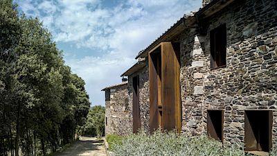 Architekti jako jeden z hlavních zkrášlujících materiálů použili korodovanou ocel, z níchž nechali například vyrobit obří boxy a jimi obroubili okna a dveře domu. Fungují jako stínící prvky.