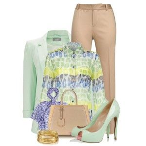 Мятные туфли, бежевые брюки, рубашка с принтом, пиджак мятного цвета, бежевая сумка, украшения