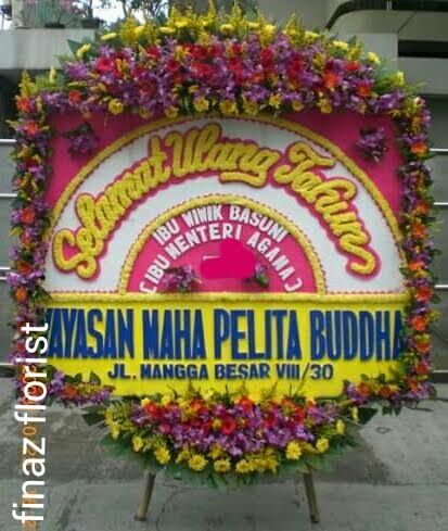 "Bunga Papan ucapan ""Selamat Ulang Tahun"" ini dibuat dengan ukuran 200cm x 150cm dengan Bunga Kepala panjang/full dan lis/pinggiran bunga. Anda memerlukan Bunga Ucapan ini segera hubungi kami, Toko Bunga Finaz, Toko Bunga di Jakarta."