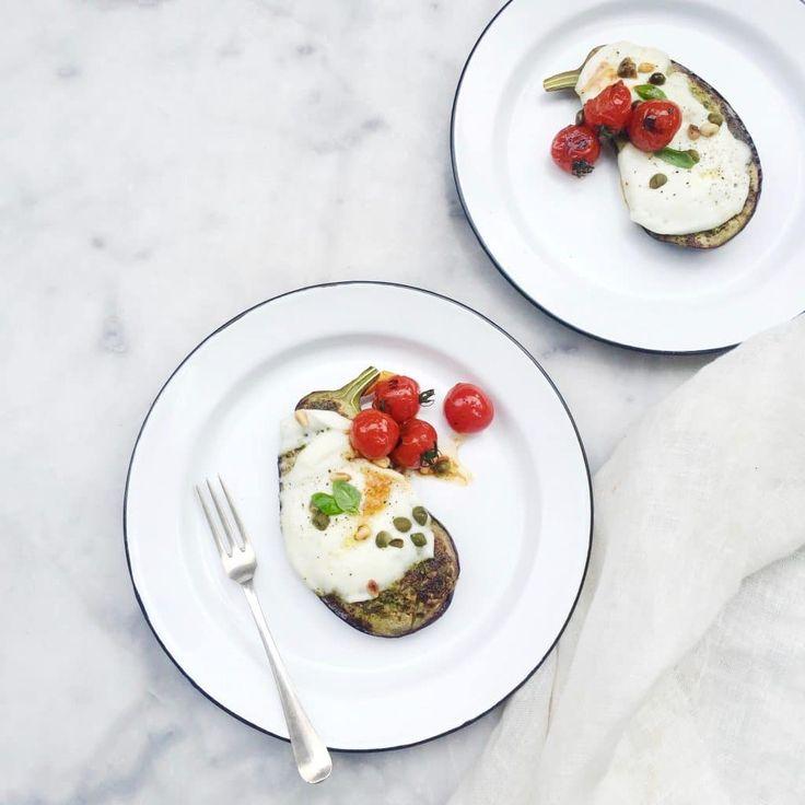 Waarschuwing! Dit is een goddelijk en heel snel aubergine recept. Aubergine bakken in de pan met tomaat en mozzarella. Liever grillen in de oven? Dat kan...