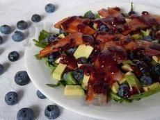 Салат с заправкой из черники (голубики).  Питательный и свежий, сочный, с необычным сочетанием продуктов. Не стоит бояться экспериментов на кухне. Пробуйте и создавайте сами новые вкусы.