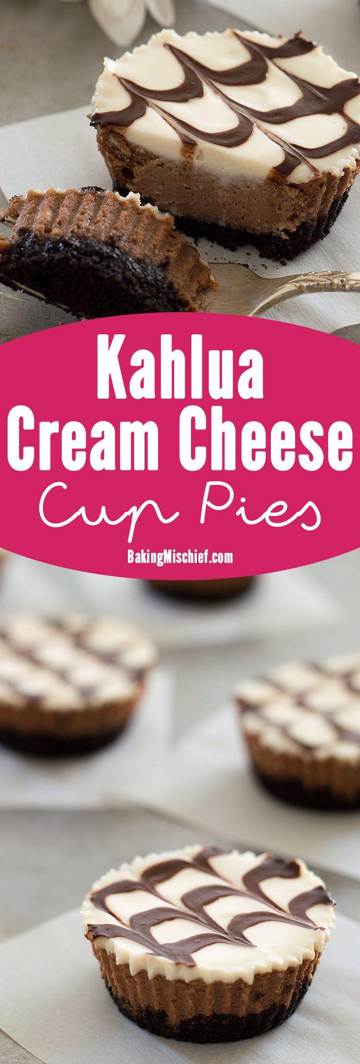 cheesecakes Kahlua Mini mocha e com uma base crocante bolinho de Oreo, fresco cobertura de creme de leite e molho de chocolate.  Receita inclui instruções em pequenos lotes e informação nutricional.  De BakingMischief.com
