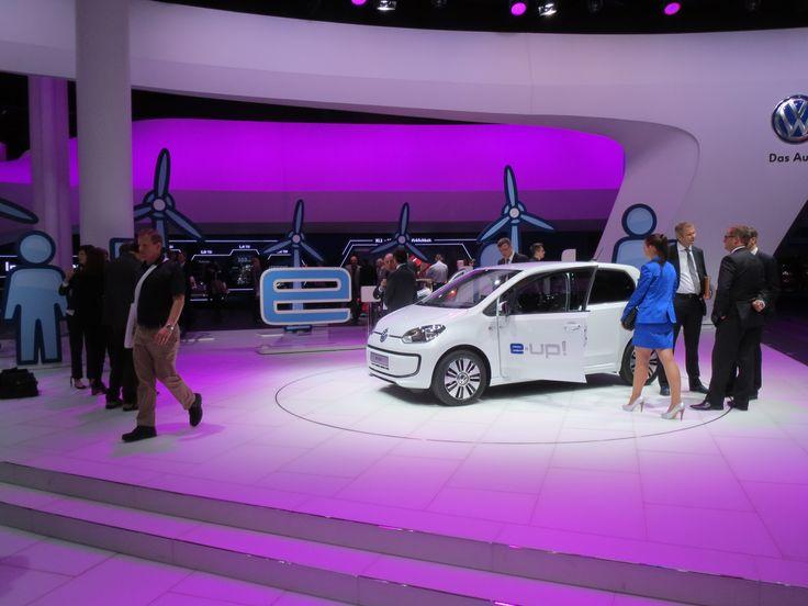 VW e-Up! Pap-vindmøller i baggrunden; arrgh, VW. Det kan i gøre bedre. Det er jo ikke Bella udstillingen.