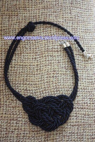 Collar decorado con nudos marineros. _Necklace decorated with Nautical Knots_.
