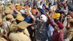 Bentrokan Muslim-Hindu meletus di Gujarat 1 tewas 14 luka  NEW DELHI (Arrahmah.com)  Satu orang tewas dan sekitar 14 terluka ketika kekerasan meletus menyusul perkelahian antara mahasiswa Muslim dan Hindu di negara bagian asal Perdana Menteri India Narendra Modi di Gujarat ujar seorang pejabat administrasi senior pada Ahad (26/3/2017).  Sekitar 5.000 orang menyerang warga Muslim dan membakar puluhan rumah dan kendaraan di Desa Vadavali distrik Patan pada Sabtu (25/3) setelah mahasiswa Hindu…
