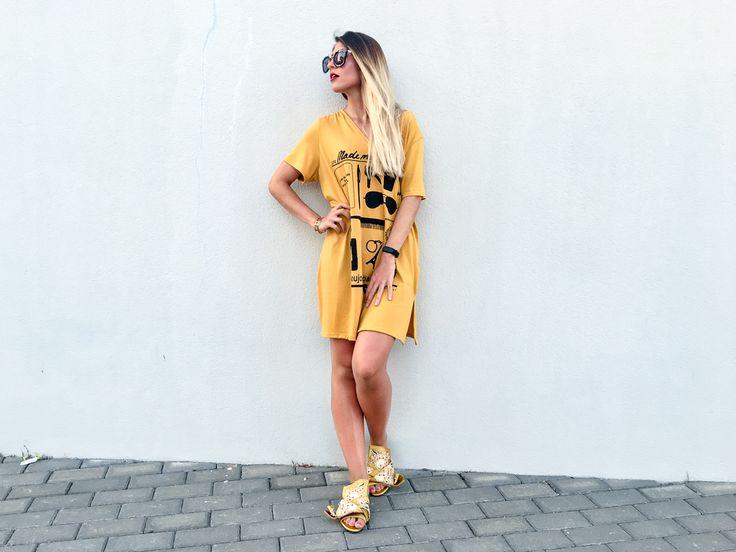 Vestido maxi camiseta estilo oversize color mostaza con estampado y sandalias planas amarillas bordado floral de jessica buurman.