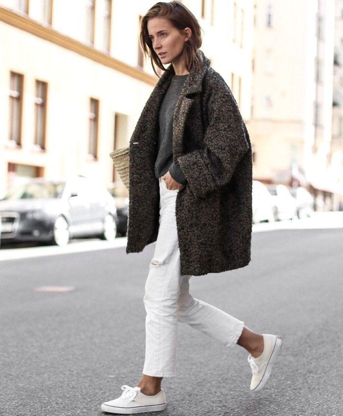 52d66ae78082 Manteau gris oversize + jean boyfriend blanc 7 8 + baskets blanches   le  bon mix (blog Make It Last)