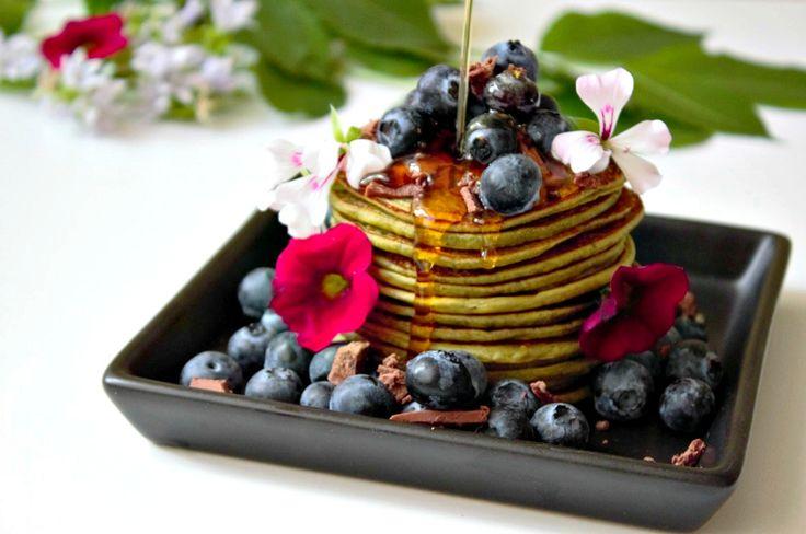 Tanke Energie für den Tag mit Grüntee! Auf unserem Blog zeigen wir Dir ein Rezept für leckere Matcha Pancakes! Probiere es jetzt aus! Cheers ♥