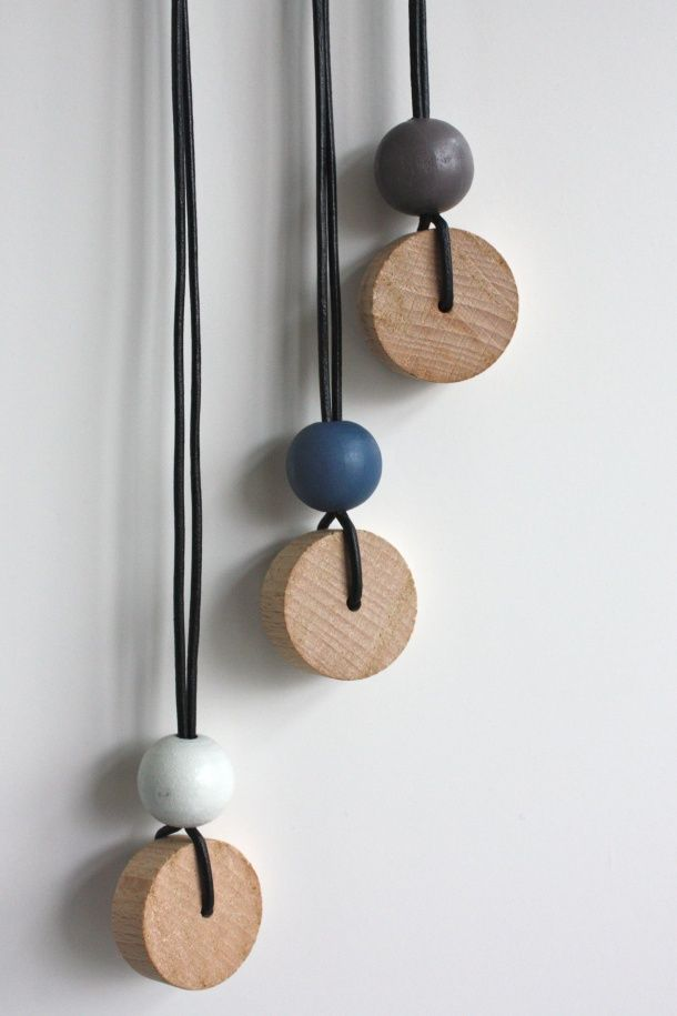 ketting rond: wood bead & disc + leather