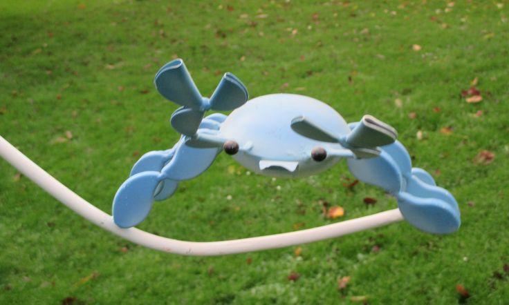 Leuke windspel. aan de ene kant een blauwe krab, aan de andere uiteinde een glazen kogel als contra gewicht.