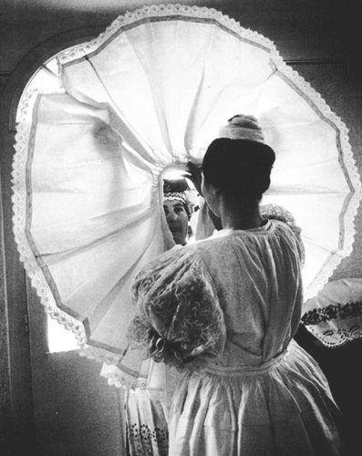 Öltöztetik a menyasszonyt. Kazár, Nógrád m. 1970 - Hungary