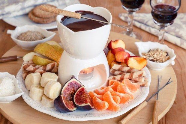 Těžko si lze představit snadnější a efektnější přípravu sladkého dezertu, než je čokoládové fondue. Jeho kouzlo však není pouze v rozehřátí tabulky čokolády. Na blogu najdete naše postřehy a taky ideální kombinace chutí.