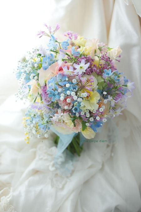表参道の教会、小さな結婚式様へのブーケでした。 ブルースターとカスミソウをいれて、 青や紫多めのミックスカラーのブーケです。 でも暗...