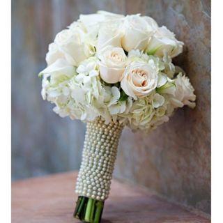 Buquê para noivas com detalhe em pérola - Rosas brancas e mix de flores