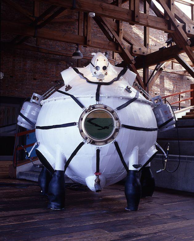 ヤノベケンジ《タンキング・マシーン》1990 生理食塩水、鉄、プロパンボンベ、防毒マスク、ゴム、他