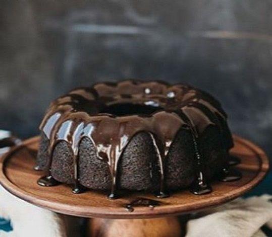 Bitter çikolata tutkunları kekin üzerine bolca bitter çikolata koyarsanız tadına doyamayacak kadar nefis bir lezzet ortaya çıkıyor mutlaka deneyin....