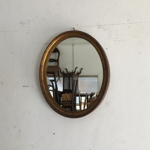 ヴィンテージのオーバールミラー ゴールドのフレームが素敵なウォールミラーです!フレームは樹脂製。なのにウッドのような重厚感とシャビー感のあります。楕円の小さなミラーなので玄関などの大きな壁にはもちろん、トイレのなど小さな壁にも飾れるアイテムです!