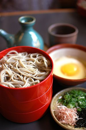 Japanese Wariko Soba: Famous noodle dish of Izumo city, served cold in small divided bowl, with dashi stock and toppings. 割り子そば