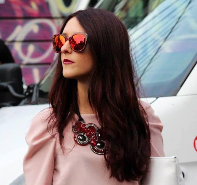 Greta Miliani - Sono una grafomane incallita. Faccio la fashion blogger sperando di diventare, prima o poi, una giornalista o una romanziera. Colleziono riviste di moda, smalti e scarpe come se non ci fosse un domani. Il mio blog, In Moda Veritas, parla di moda a 360° con un pizzico di ironia, perché l'ironia è un accessorio che non passa mai di moda. http://www.inmodaveritas.com #blogger #iomivestocosilucca